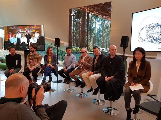 왼쪽부터 작가 토마스 사라세노, 야콥 스틴센, 그로피우스 바우 관장 스테파니 로젠탈, 이대형 큐레이터,서펜타인 관장 한스 울리히 오브리스트, 작가 안토니 곰리, 서펜타인 CTO 벤 빅커스, 작가 강이연.