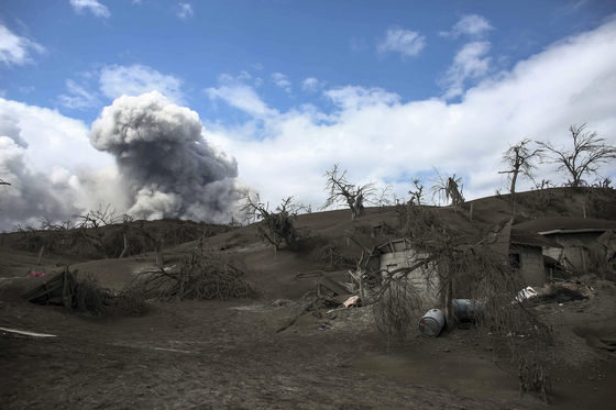 지난 14일, 필리핀 탈 화산의 화산재가 바탕가스 지역까지 날렸다. [AP=연합뉴스]