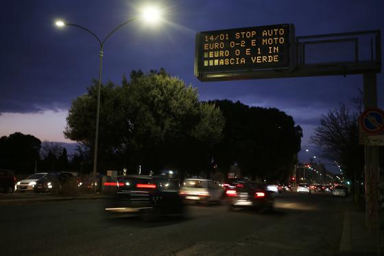 14일 로마 시내에 경유차 운행을 금지하는 안내가 전광판에 표시돼 있다. [사진 AP]