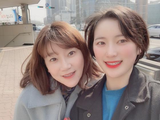 이은의 변호사(왼쪽)와 신유용씨가 나란히 '셀카'를 찍은 모습. 지난해 2월 서울에서 고소인 조사를 받으러 전주지검 군산지청에 가는 길에 신씨가 휴대전화로 사진을 찍었다. [사진 이은의법률사무소]