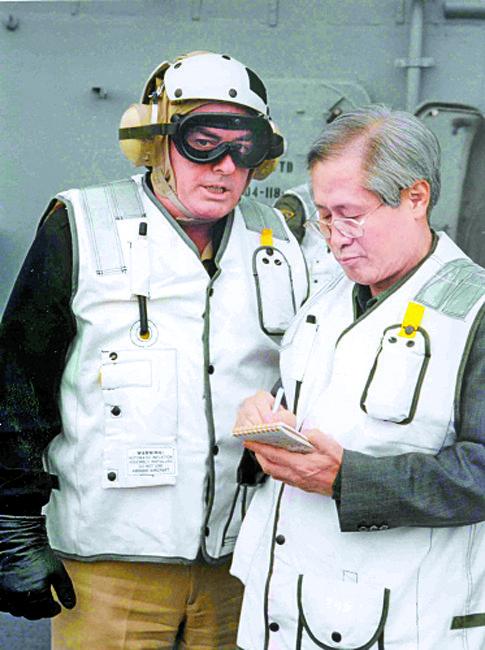 김영희 대기자가 1997년 일본 요코스카 기지에서 미 항공모함 인디펜던스호에 탑승해 취재 중이다. [중앙포토]