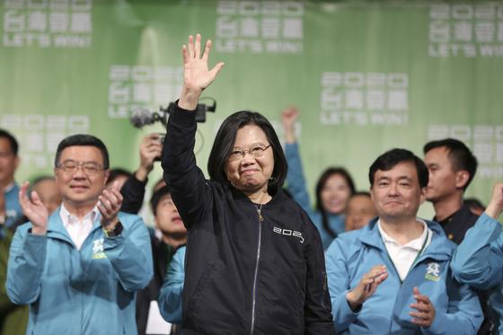 11일 대만 총통 선거에서 민진당 차이잉원(가운데)이 역대 최다득표로 재선에 성공했다. 환호하는 지지자들에 둘러싸인 차이가 답례하고 있다. [타이베이 AP=연합뉴스]