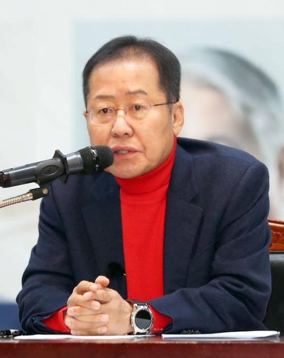 홍준표 자유한국당 전 대표가 15일 오후 부산시청 대강당에서 열린 '대학생 리더십 아카데미'에서 강연하고 있다. [연합뉴스]