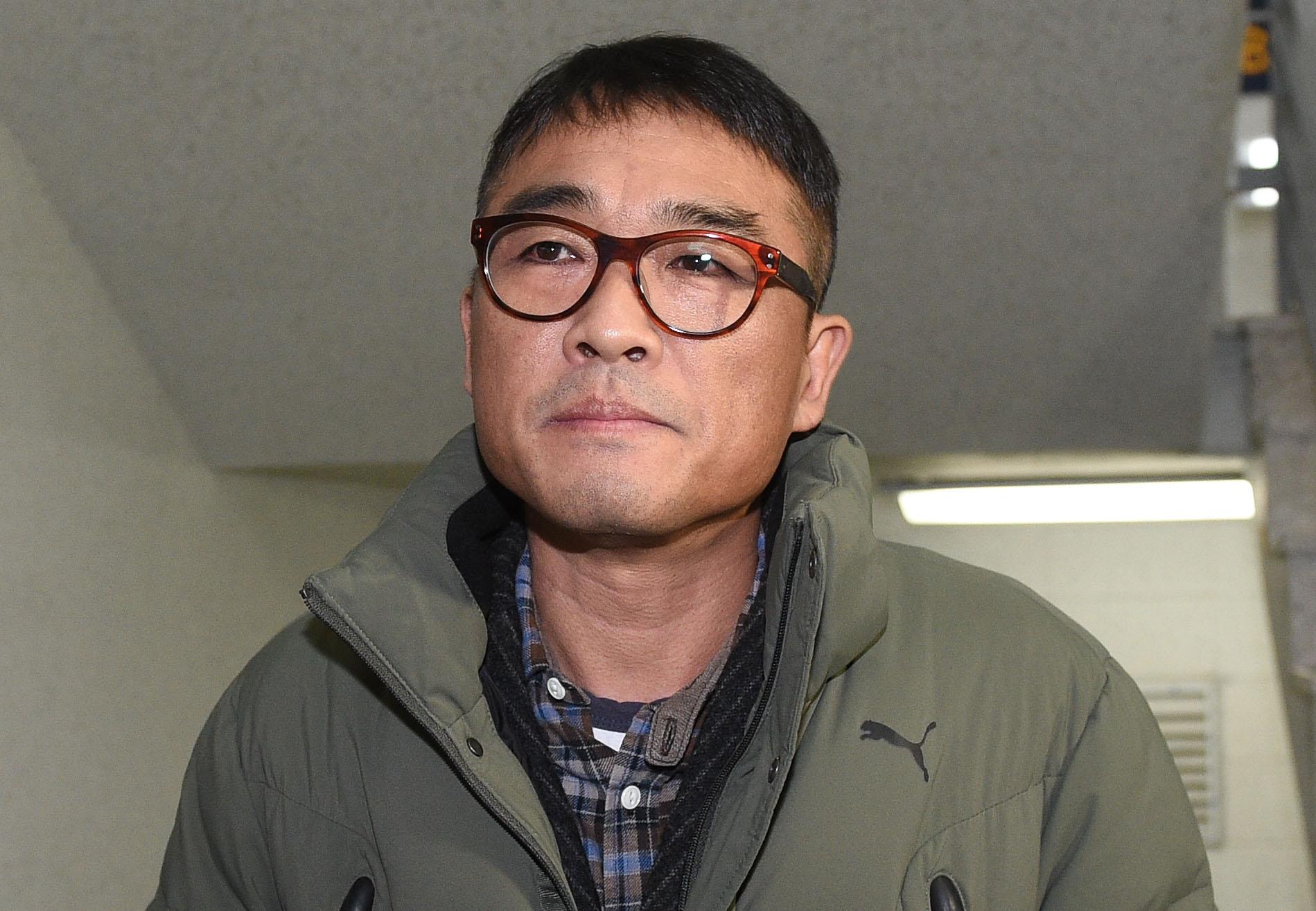 가수 김건모가 성폭행 혐의 조사를 받기 위해 15일 오전 서울 강남경찰서에 출석하고 있다. [연합뉴스]