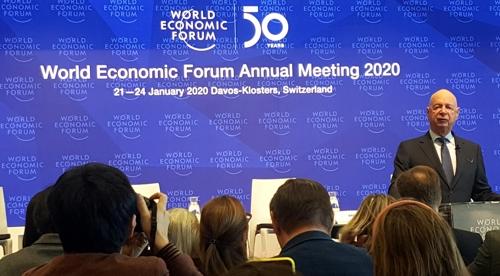 클라우스 슈밥 세계경제포럼(WEF) 설립자가 14일(현지시간) 오후 스위스 제네바의 WEF 본부에서 오는 21~24일 다보스에서 열리는 WEF 연차 총회 사전 기자회견을 열고 있다. [연합뉴스]