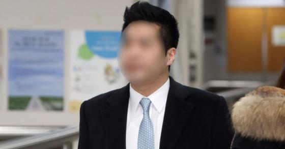'마약 혐의' 현대가 3세 정 모씨가 15일 오전 서울 서초구 서울고등법원에서 열린 마약류관리에 관한 법률위반 항소심 선고기일에 출석하고 있다. [뉴스1]