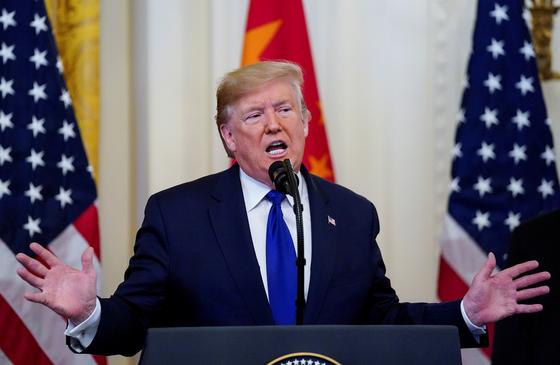 """도널드 트럼프 미국 대통령이 15일 """"시진핑 중국 국가주석과 북한에 관해 긴밀하게 협력할 것""""이라며 """"이것은 세계적인 체스나 포커 시합과 같다""""고 말했다.[로이터=연합뉴스]"""