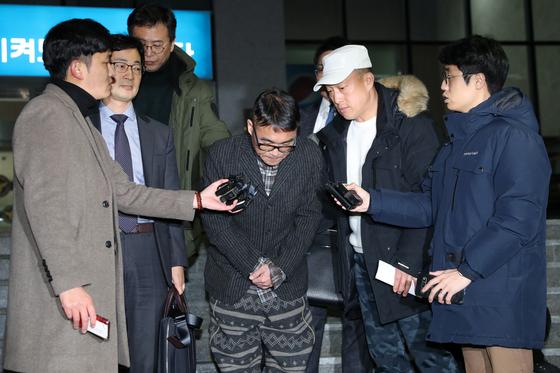 15일 성폭행 혐의를 받는 가수 김건모가 서울 강남경찰서에서 조사를 마치고 나오고 있다. [뉴스1]
