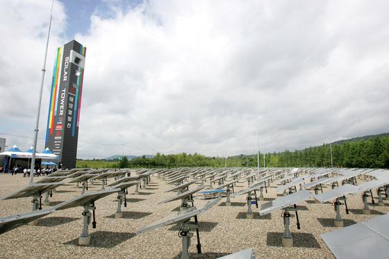 2011년 준공 당시 '타워(Tower)형 태양열발전소 모습. 현재는 철거 후 이 부지엔 아무것도 없다. [중앙포토]