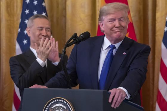 미국 백악관에서 열린 미중 1단계 무역합의 서명식에서 도널드 트럼프 미국 대통령이 류허 중국 부총리와웃고 있다. [EPA=연합뉴스]