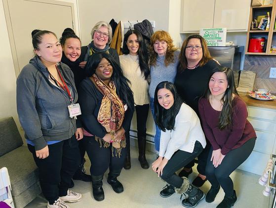 14일(현지시간) 메건 마클 왕자비가 캐나다 밴쿠버에 위치한 여성 지원센터를 찾았다. [AP=연합뉴스]
