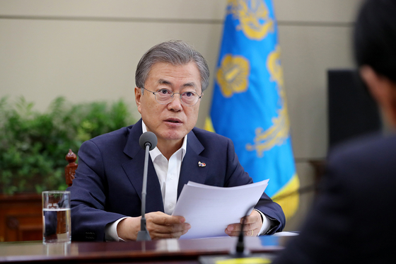 문재인 대통령이 지난해 3월 18일 오후 청와대에서 법무·행정안전부 업무보고를 받은 후 지시 사항을 전달하고 있다. [뉴스1]