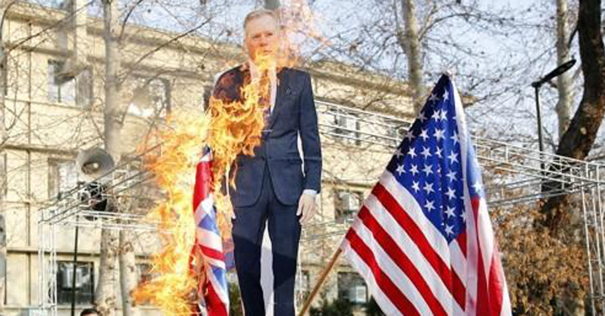14일 테헤란 대학에서 열린 반서방 집회에서 영국 대사의 사진이 불타고 있다. [EPA=연합뉴스]