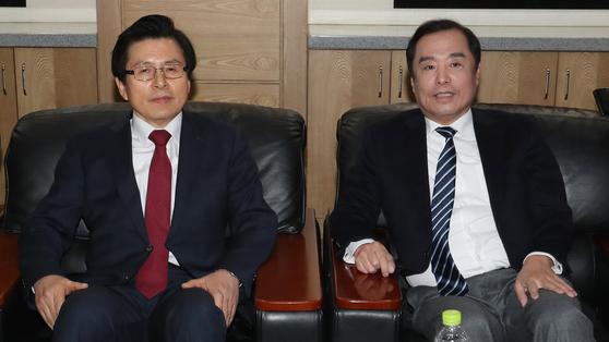 황교안 자유한국당 대표와 김병준 한국당 전 비상대책위원장. [뉴스1]