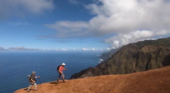 하와이 카우아이 섬에는 기막힌 하이킹 코스가 많다. 누알롤로 트레일은 종착지에 이르면 나팔리 코스트의 절경이 펼쳐진다. 최승표 기자