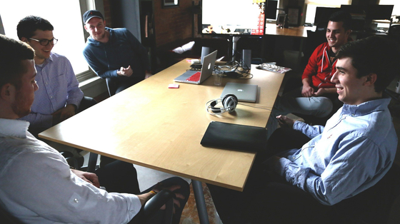 동창회에 참석한 멤버들의 화젯거리는 대부분 회사생활과 유망 직업 이야기다.[사진 Pixabay]