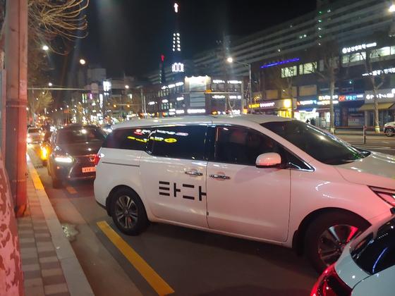밤 10시 대치동 은마사거리 학원가 도로변. 자녀를 기다리는 학부모 승용차들 사이에 타다가 섞여 있다. 심서현 기자