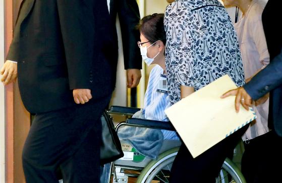 서울구치소에 수감 중인 박근혜 전 대통령이 지난해 9월 16일 어깨 통증에 따른 수술과 치료를 위해 서울 서초구 서울성모병원에 도착한 뒤 휠체어를 타고 VIP 병동으로 이동하고 있다. [연합뉴스]