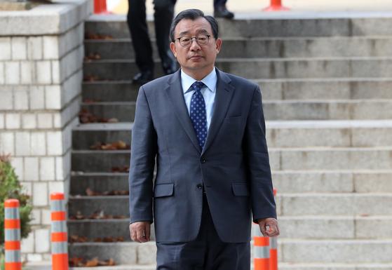 KBS의 세월호 보도에 개입한 혐의로 1심에서 징역형의 집행유예를 선고받은 이정현 무소속 의원이 지난해 10월 항소심 선고 공판에 출석하고 있다 [연합뉴스]