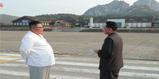 김정은 북한 국무위원장이 금강산관광지구를 현지지도하고 금강산에 설치된 남측 시설 철거를 지시했다고 조선중앙TV가 지난해 10월 23일 보도했다. [연합뉴스]