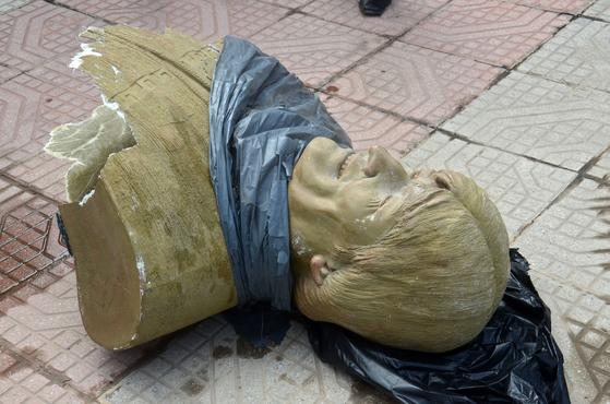 볼리비아 코차밤바 키야코요 경기장 앞에 설치됐던 에보 모랄레스 전 대통령의 흉상이 13일(현지시간) 철거돼 땅바닥에 뒹굴고 있다. [AFP=연합뉴스]