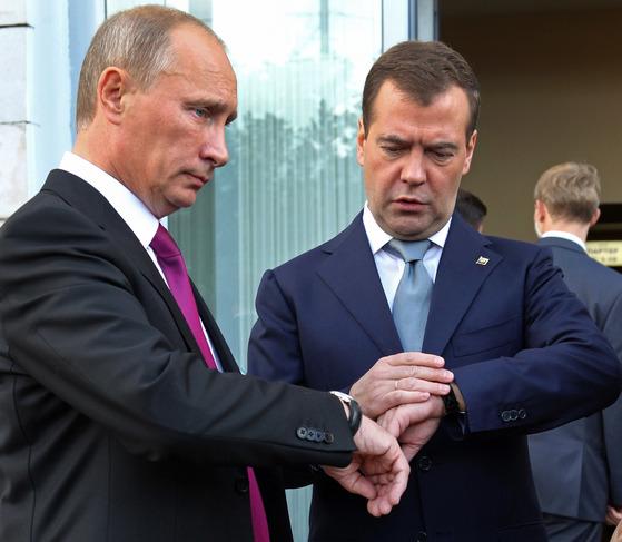 블라디미르 푸틴 러시아 대통령(왼쪽)과 드미트리 메드베데프 총리[AP=연합뉴스]