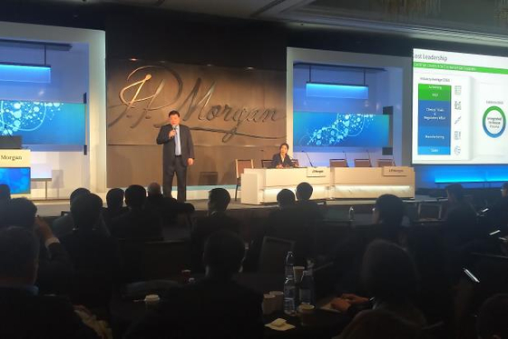 서정진 셀트리온그룹 회장이 15일(현지시간) 미국 샌프란시스코에서 열린 JP모건 헬스케어 콘퍼런스에서 '2030 비전 로드맵'을 발표하고 있다. [연합뉴스]
