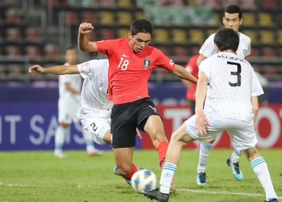 오세훈(왼쪽)이 감각적인 왼발 슈팅으로 결승골을 터뜨리고 있다. 21번째 생일을 맞은 그는 멀티골로 2-1 승리를 이끌었다. [연합뉴스]