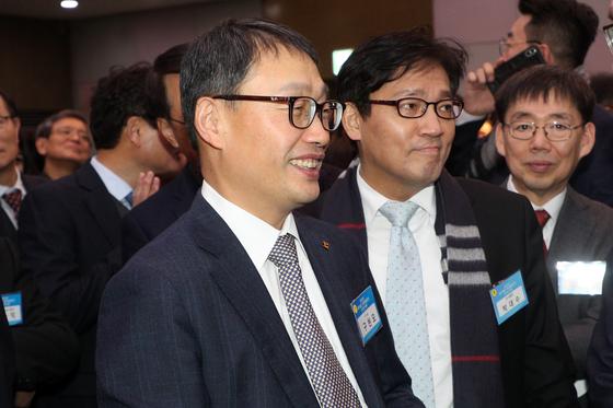 구현모 KT 대표이사(CEO) 내정자가 13일 오후 서울 강남구 한국과학시술회관에서 열린 '2020년 과학기술인·정보방송통신인 신년인사회'에서 참석자들과 인사를 나누고 있다. [뉴스1]