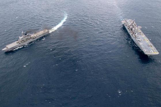 미 최신형 강습상륙함 아메리카함(오른쪽)과 일본의 해상자위대 수송함 쿠니사키함이 동중국해에서 연합훈련을 진행하고 있다. [사진 미 해군]