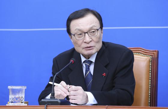 이해찬 민주당 대표가 16일 오전 국회에서 열린 신년기자간담회에서 기자들 질문에 답하고 있다.    임현동 기자