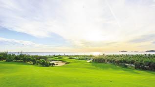 잭 니클라우스가 디자인한 베트남 퀴논 럭셔리 FLC호텔 골프 코스는 36홀 규모로 오션코스와 마운틴 코스로 나누어져 있다. [사진 한진관광]