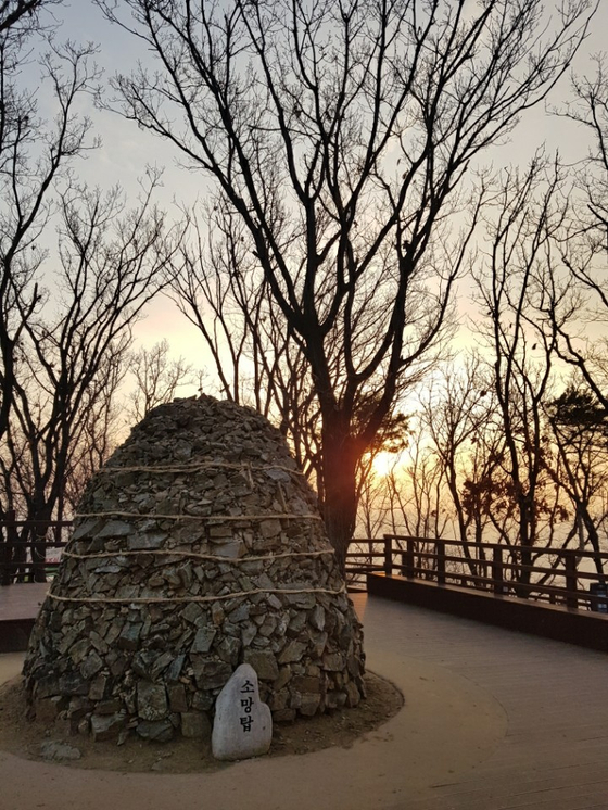 우면산 정상 근처에 돌로 쌓은 소망탑이 있어 소원을 적은 종이를 돌 틈과 새끼줄에 껴 넣고 기원하며 탑돌이를 한다. [사진 윤경재]