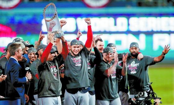 2018년 10월 28일 LA다저스와의 월드시리즈 5차전에서 승리하며 우승컵을 들고 환호하는 코라 감독과 레드삭스 선수들. [EPA=연합뉴스]