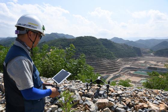 드론이 삼척화력발전소 공사 현장 곳곳을 돌아다니며 안전사고가 있는 곳을 감시하고, 측량까지 하고 있다. [포스코건설 제공]