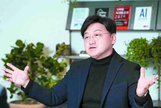 """백상엽 카카오엔터프라이즈 대표는 'AI는 생산성을 획기적으로 늘리는 도구""""라고 말했다. 인터뷰는 14일 카카오 판교 사무실에서 이뤄졌다. 김상선 기자"""