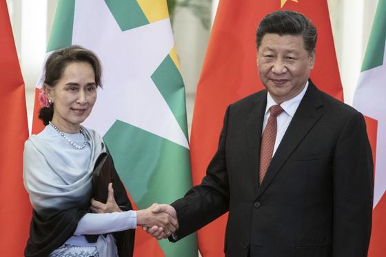 시진핑 중국 국가주석이 새해 일찍 17일부터 18일까지 미얀마 단독 방문에 나선다. 시 주석은 아웅산 수치 미얀마 국가 고문을 만나 중국 주도의 '일대일로' 발전 전략과 관련해 협의할 예정이다. [AP=연합뉴스]