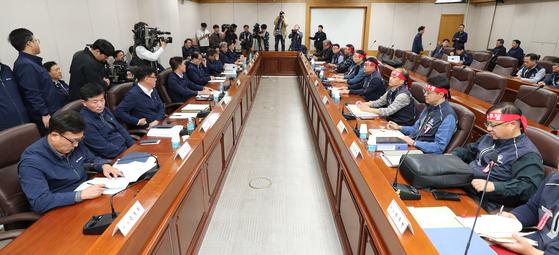 지난해 10월 서울 성동구 서울교통공사 본사에서 열린 2019년도 임·단협 4차 본교섭에서 노사 양측 관계자들이 자리에 앉아 회의 시작을 기다리고 있다. [연합뉴스]