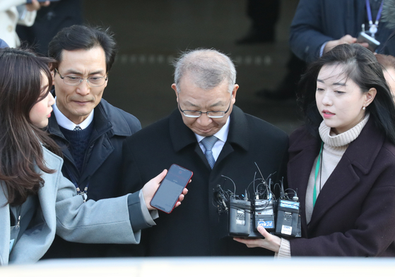 지난해 1월 23일 양승태 전 대법원장이 서울 중앙지법에서 열린 구속 전 피의자 심문(영장실질심사)을 마친 뒤 밖으로 나서는 모습. 양 전 대법원장은 이후 구속됐다. [연합뉴스]
