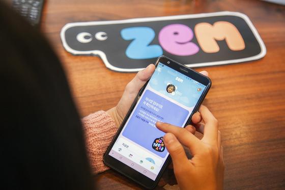 이통사 10대 고객 모시기 … 작고 가벼운 전용폰도 내놔