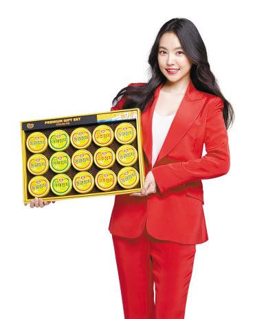 동원 선물세트 모델인 가수 손나은이 설 선물세트를 들어 보여주고 있다. [사진 동원F&B]