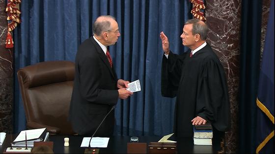 16일(현지시간) 척 그래슬리 상원의장이 존 로버츠 대법관 앞에서 선서를 하고 있다. [AP=연합뉴스]