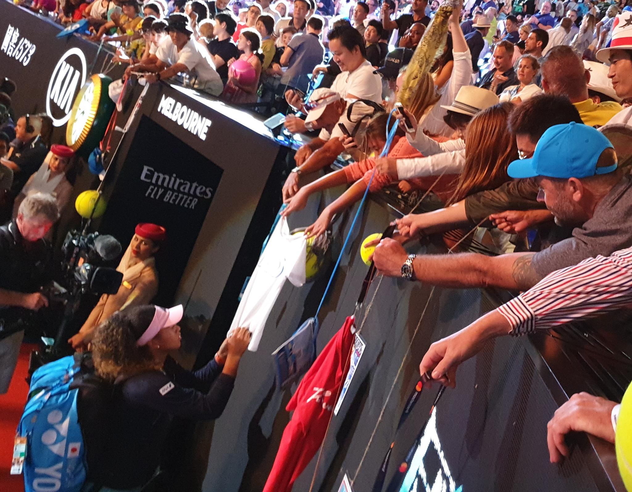 이재아가 지난해 1월 호주오픈 경기장 관중석에서 오사카 나오미에게 사인받고 있다. 이번에는 멜버른파크 코트에서 직접 뛴다. [사진 이재아 제공]