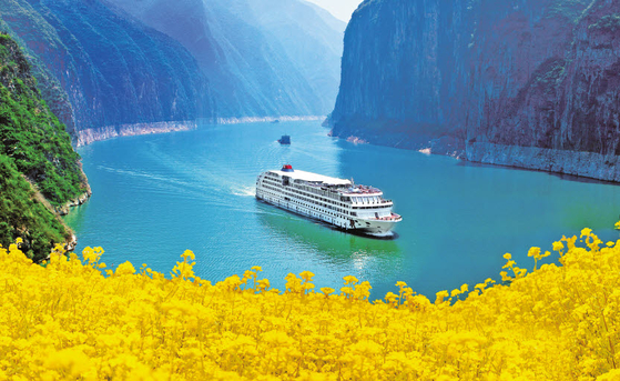장강삼협 크루즈 여행은 강의 양쪽 기슭에 펼쳐지는 절경을 구경하는 것만으로도 지루할 틈이 없다. [사진 베스트레블 인터내셔널]