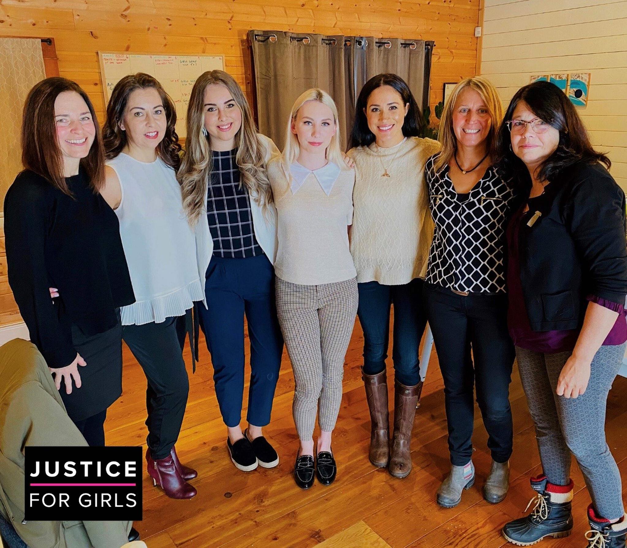 메건 마클 왕자비가 14일(현지시간) 캐나다 밴쿠버에 있는 자선단체인 '소녀들을 위한 정의'(Justice For Girls)를 방문해 기념촬영하고 있다. [AFP=연합뉴스]