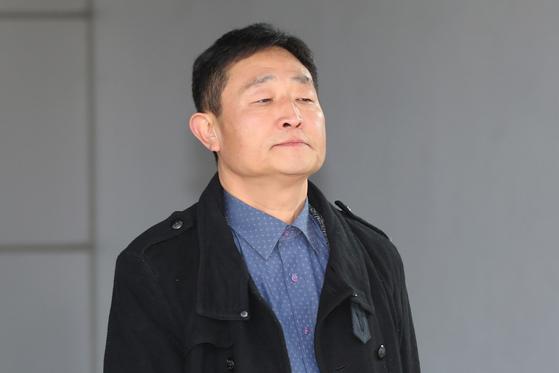 지난해 12월 27일 임금체불 혐의를 받는 허인회 전 녹색드림협동조합 이사장이 서울북부지법에서 구속영장 실질심사를 받고 나오는 중이다. [뉴스1]