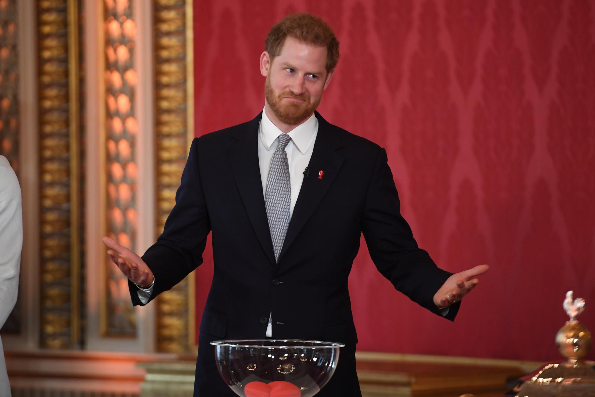 영국 해리 왕자가 16일(현지시간) 런던 버킹엄 궁에서 열린 럭비리그 월드컵 조 추첨 행사에 참석했다. [로이터=연합뉴스]