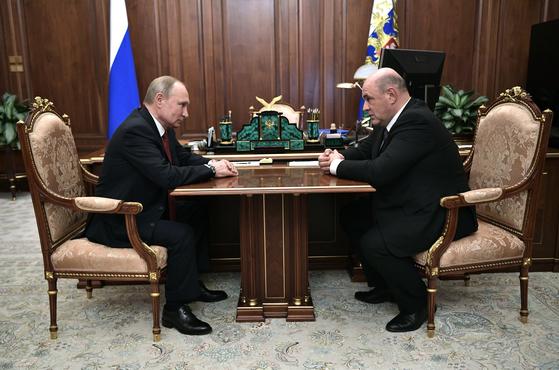 블라디미르 푸틴 러시아 대통령(왼쪽)이 15일(현지시간) 크렘린궁에서 신임 총리로 지명한 미하일 미슈스틴 국세청장을 접견하고 있다. [AP=연합뉴스]