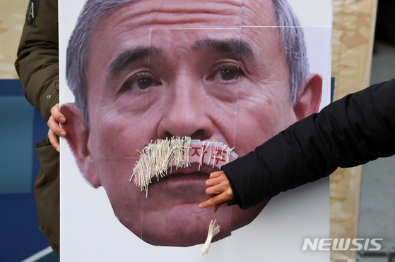 지난해 12월 13일 해리 해리스 주한미국대사 참수대회 참가자가 해리스 대사의 콧수염을 제거하는 퍼포먼스를 하고 있다. [뉴시스]