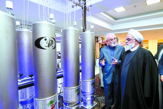하산 로하니 이란 대통령(오른쪽)이 지난해 4월 테헤란에서 국가 핵기술의 날 행사에 참석한 뒤 우라늄 농축장치인 원심분리기를 둘러 보고 있다. 이란은 핵합의에 따라 1만9000개의 원심분리기를 2015년부터 10년 동안 1/3로 감축할 계획이었다. [EPA=연합뉴스]